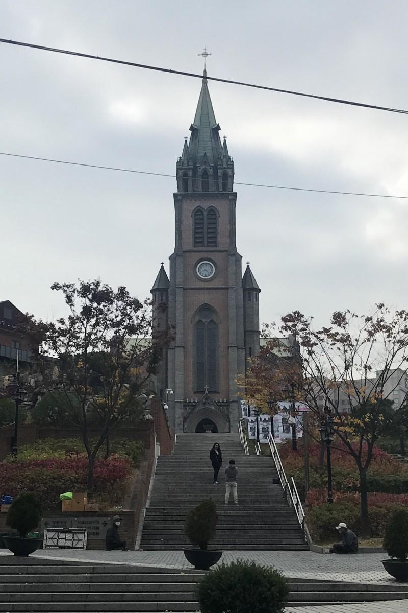 일요일 아침 명동성당 앞